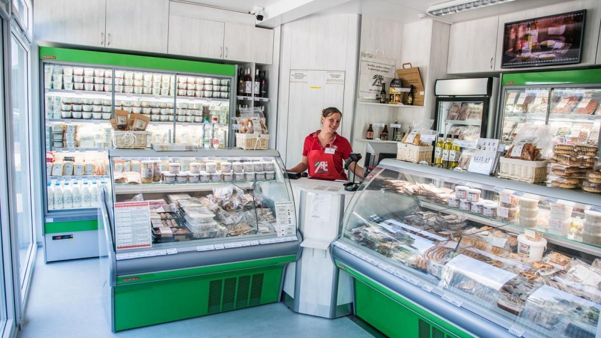 """V našich predajniach nájdete najširší sortiment poctivých potravín bez """"E-čok"""", konzervantov a bez GMO priamo zo slovenských fariem."""